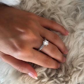 Sælger min smukke ring med facetslebne og håndfattede sten fra Abelstedt.   925 Sterling sølv og zirkonia.   Ringen er aldrig blevet brugt da den er for stor til mig og står derfor som helt ny.  Str. 54 - nypris: 1295kr  Medfølgende lille Abelstedt smykkepose til at opbevare ring i.   Skriv for flere billeder 😊  Sender med DAO - køber betaler fragt. 🦋   Sælger også Line&Jo og Bybiehl på min profil