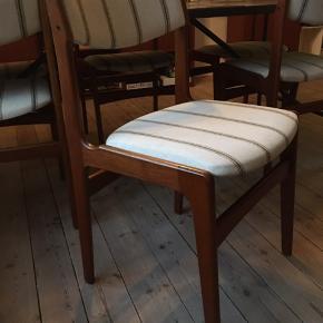 6 stk. teakstole med stofbetræk som kan skiftes, hvis man ønsker et andet look.   Prisen er pr. styk - men køb dem alle for 2.500 kr.  Mål:  - højde fra gulv til sæde, 47 cm - brede 48 cm
