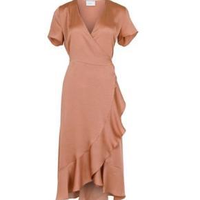 Den kendte Magga Solid dress fra neo noir. Helt ubrugt . Sælges kun idet købt i forkert str .