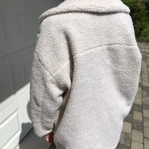 Sælger denne jakke i str M. Den har mistet den ene knap (kan ses på billede 3) men udover det er den i god stand 🌸