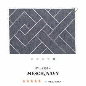 By Lassen mesch plaid tæppe i navy/mørkeblå i den blødeste og fineste uld  Kan både bruges som plaid til sofaen eller som sengetæppe til sengen  Dimensionerne er 210 x 2 x 140 cm  Helt nyt og aldrig været taget i brug  Ny pris: 999 kr