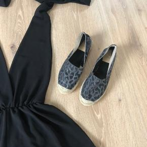 Sort buksedragt / playsuit, ligner lidt en kjole str onesize Købt på en ferie i sommers, brugt en gang  Man kan lukke den som man ønsker. Nypris 600 —— Vidoretta espadrilles / loafers  Str 38, passer 37/38 De er som nye  Nypris 800