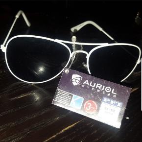 Solbriller i hvide. Aldrig brugt og har stadig mærkat på. Kan også bruges til Mænd.   Kan afhentes på Vesterbro i København 🌞