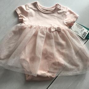 Helt ny kjole body fra HM i lyserød i str 62. Vores datter kan desværre ikke passe den.