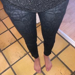Pieszak jeans, sorte med slangeprint  Str 26, ca xs/s