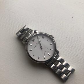 Sølv ur fra Marc Jacobs, brugt og har få slidtegn på bagsiden men fremstår ellers i fin stand. Batteriet skal skiftes, og kvittering og æsken haves ikke.   Bytter ikke og sender kun på købers regning 😊