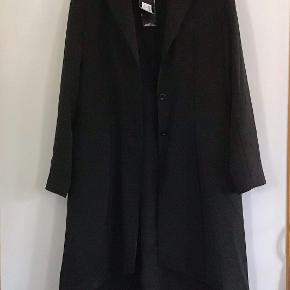 Utrolig smuk klassisk habitfrakke. Måler fra ærmegab til ærmegab 51 cm. Længden foran 90-100 cm. Bagpå 115 cm. Poly, elasthane. Tynd foret.