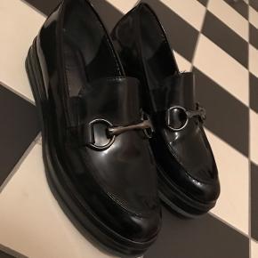 Sælger dette par sko fra Tamaris. De er brugt lidt, men ikke super meget, da størrelsen ikke passer mig. Giv endelig et bud