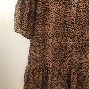 Leopard kjole i str. S. Kan passes af str XS og S. Brugt en enkelt gang i et par timer, og fremstår derfor som ny 😊