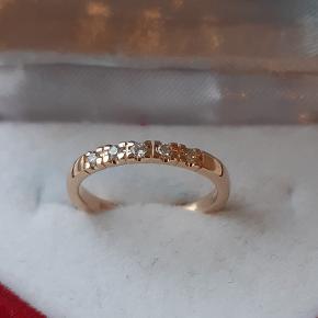 Mega fin lille alliancering i 14 karat guld sælges. Prydet med i alt 5 brillant slebne diamanter på tilsammen ca. 0,12 carat  i høj kvalitet. Farve: Top Wesselton. Klarhed: VS. Stemplet 585 FLO. Ringstr. 49. Der er ikke certifikat på ringen.  ** Brudeudstyr smykker - Diamant smykke - Ring med diamanter **