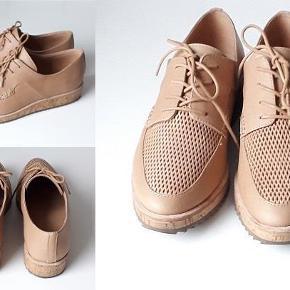 Nypris 700 Aldo Gater Stilfulde oxford-sko i skind, med perforerede detaljer og en moderigtig korkhæl. Aldrig brugt. Har kvittering. Nypris kr. 700,00  - Snøresko. - Mandelformet tå. - Perforeringer. - Flatform. - str. 38½ - Indvendig mål er ca. 25 cm - Farve cognac Sendes med DAO  TJEK MINE ANDRE ANNONCER, HAR MANGE FINE TING.  Stilfulde oxford-sko i skind Farve: Cognac Oprindelig købspris: 700 kr. Kvittering haves