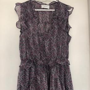 Helt ny kjole/ aldrig brugt. Med fine blomster i pink/lyserød.  Venligst se mine andre annoncer