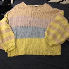 Sweater med 'ballon' ærmer, brugt en del med fnuller.  Sender gerne mod betaling eller afhentes i Køge