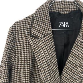 Frakke fra Zara, den er i virkelig fin stand - men er brugt sidste sæson.    Se gerne mine andre annoncer også - der er meget nyt iblandt :)