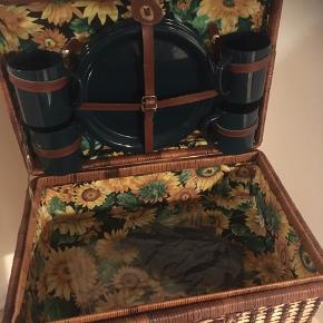 Lækker picnickuffert med plastic service til 4 personer og beklædt med stof i solsikkemotiv.