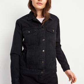 Sort ensettler denim jakke fra Envii.  Brugt 4-5 gange.  Nypris 600 kr.