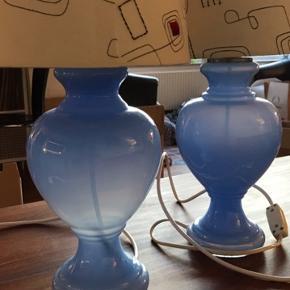 Fine lyseblå glas lamper fra Royal Copenhagen. Model Florence mellem. Lampeskærm som kan vippes.  Ledning med tænd/sluk funktion   Sælges samlet for 800 Eller seperat for 450   Højde med skærm: 52cm Højde uden skærm: ca. 28cm Bredde: ca. 14cm Ledning:1,5m