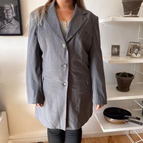 Flot oversize 80'er habitjakke  Brug som jakke eller med bælte om  Som kjole. Med buks eller bare nylonstrømper og fede sko/støvler.  Str 48  Uld 96% men blød og lækker