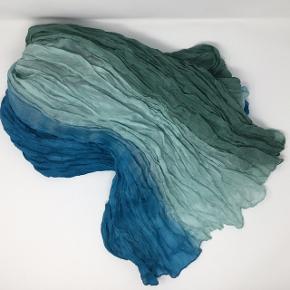 Stort aflangt 100% silke tørklæde 178 x 95 cm Kan sendes som brev for 20,-