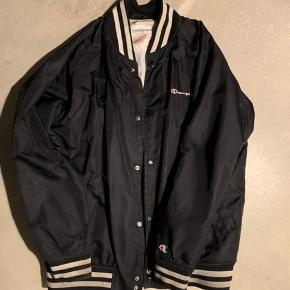 Supreme jakke fra 2016 lavet i samarbejde champion   Str larg passe som en larg/medium   Ny pris 1200kr  Mp 699kr  Bin 999kr