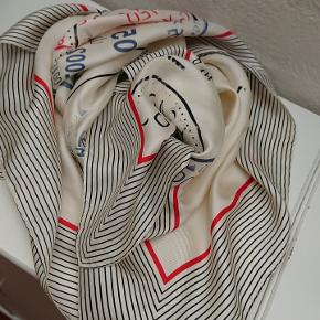 smukt silke tørklæde fra bitte kai rand i creme farvet med tryk i rød, sort og blå måler 90x90 cm