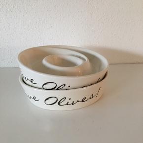 2 stk olivenskåle med teksten:  I Love Olives❤️❤️❤️ Dia: 13,5 cm  Pyntet er ikke til salg. Kan sendes med DAO mod betaling📦