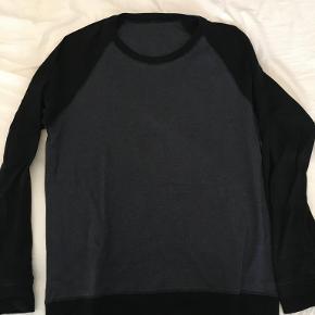 Mads Nørgaard trøje, Mørkegrå torso med sorte ærmer. Sjældent brugt, og vasket få gange.