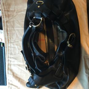 Lækker Burberry taske  Lækker kraftig læder i stort, med tern indeni. Brugt! Men meget fin. Ny pris kr 7800
