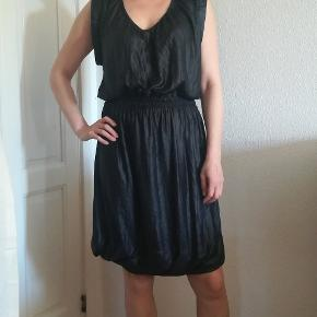 Kjolen er pæn og i velholdt stand, den har lidt krøllet look. Mp. 150kr. Plus porto. Handler gerne med mobilepay.