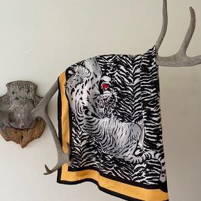 Sælger dette tørklæde, som blev købt med til at blive bundet som top, men kan bruges på så mange måder! Størrelsen er ret stor, så mulighederne er fleksible. Super sød til sommer eller i byen 🌞🌸🌾  Mål: 75x75 cm  Husk jeg sælger ud, så kører et tilbud der hedder 3 stykker tøj for 2's pris. Heraf medfølger det billigste stykke🌸