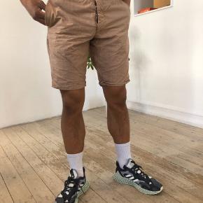 Shorts i sådan en orange brun farve med tern og knappelukning. Str 48, men blevet syet ind i siderne så de passer str. 46. Lidt slid mærke bagpå. Men ikke noget vildt.  #30dayssellout