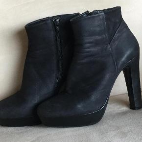 Varetype: Støvler Farve: Sort Oprindelig købspris: 1499 kr. Prisen angivet er inklusiv forsendelse.  Fede støvletter fra Billi bi, i brushed up skin. Hælhøjde 11,5 cm. Forfodsplateau 2,5 cm.