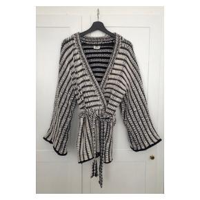 Fineste H&M Studio kimono i rustik mørkeblå- og hvidfarvet strik. Har været taget i brug - standen er stadig rigtig fin. Np: 699 kr  Mp: se prisen + evt. porto  Tag også gerne et kig på mine mange andre annoncer.