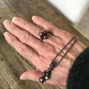Halskæde og ring med ferskvandsperler. Ægte sølv med stempler. Kæden er rund anker, 42 cm, oxyderet. Ringen er 2,8 cm i dia, men kan indstilles. 6 perler i ringen. Forskelllige i nuancerne. MobilePay kan aftales. Sender gerne.  Tag et kig på min andre annoncer også :-) måske vi kan lave en god samlet handel :-)