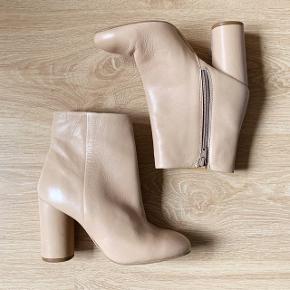 Ankelstøvler i læder fra H&M Premium. Kun brugt én aften og kun indendørs. Sælges fordi de er for små til mig, jeg vil sige at de nok mere er en str 36,5 end 37.