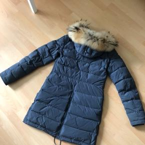 """Smuk jakke fra Parajumpers i farven """"Asphalt Grey"""". Velholdt. Brugt sparsomt. Ægte pels. Kvittering haves.  Nypris: 5.500,- Sælges for 3.800,-"""