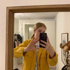 Sælger denne gule/orange denim jakke fra h&m i størrelse 38, og kan derfor bruges oversize hvis man bruger en mindre størrelse. Super fed om efteråret med en strik under:)  Skriv endelig ved spørgsmål eller flere billeder.  Køber betaler forsendelse:)