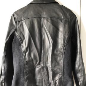 Smuk læderjakke fra MDK sælges. Brugt meget få gange. Modellen hedder Viola. Ingen brugsspor. Fra røg- og dyrefrit hjem. Kom med et bud 😊