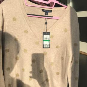 Sælger denne helt nye sweater fra Tommy Hilfiger. Den har guld prikker og v-hals.