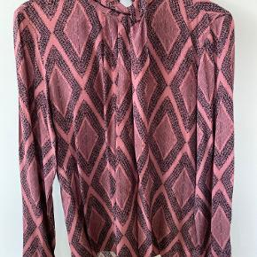 Mønstret lilla Bordeaux bluse med flæser. Farve er som på billede 1 og 2, billede 3 er bare så man kan se flæserne.