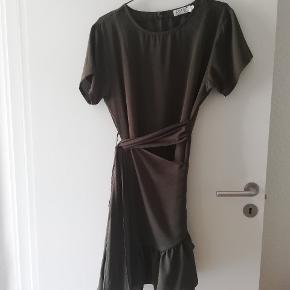 Smuk armygrøn Agnes kjole fra BYIC. Købt sidste år og brugt nogle gange, og har derfor mindre tegn på brug. Str. L.