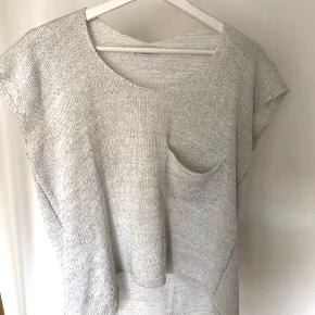 Comfortable, oversize knitted top with silver detail. Suitable for summer with e.g. denim shorts. Univerzal size. Good contition.