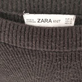Sort strik fra Zara. Næsten aldrig brugt, hvorfor den fremstår som ny.
