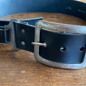 Kraftigt læderbælte med metalspænde og detaljer Model: Til talje og hængende på hofter Størrelse: L/XL, 5 cm bred  Ingen brugstegn