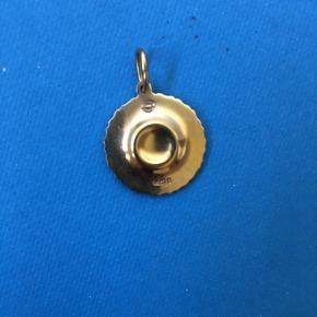 Det smukke klassiske Marguerit/Daisy 18 mm vedhæng til halskæde i hvid og 18 karat guld. Ingen tegn på slid.