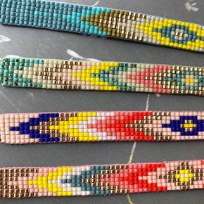 Perlearmbånd af eget design. Armbåndet er lavet af små japanske Miyuki glasperler og kan reguleres i størrelsen ved hjælp af en knyttet slider. Kan derfor nemt tages af om natten og før bad. Pris pr styk 85kr, kan sendes i brev for 10kr.
