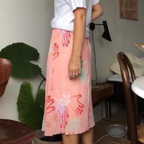 """Nederdel fra Storm og Marie i modellen """"jayla"""". Stadig med prismærke, aldrig brugt. Str. 38, men 36 kan også passe pga. elastik i taljen"""