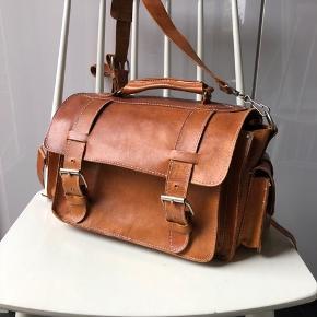 Super lækker lædertaske med skulderstrop. Et stort og et lille rum i tasken.