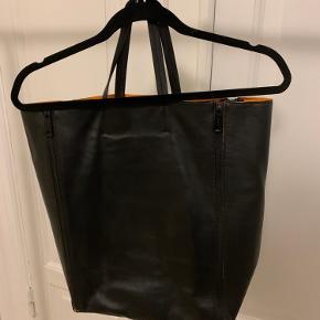 Fint lædernet fra Celine med orange, neopren foer. Der er et par små skræmmer. Se billeder :)
