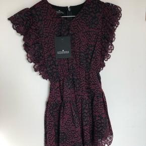 Flot blondekjole i rød/sort. Aldrig brugt. Nypris 1199kr Fragt 40kr eller afhent Solbjerg.  Tilbud ved køb af både Kenzo sweater og Little Remix kjolen 500kr plus fragt.